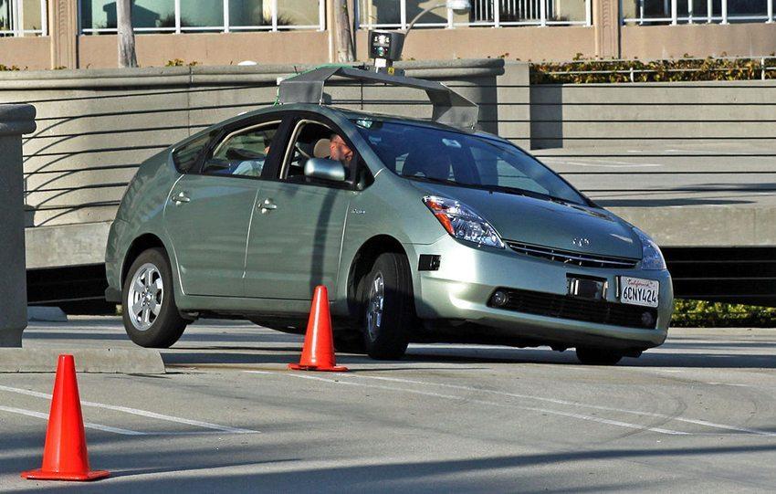 "Ein zum ""Google Driverless Car"" modifizierter Toyota Prius als Testfahrzeug (Bild: Steve Jurvetson, Wikimedia, CC)"