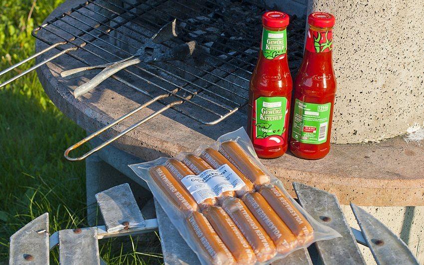 Currywurst und Ketchup von Volkswagen (Bild: Ralf Roletschek, Wikimedia, CC)