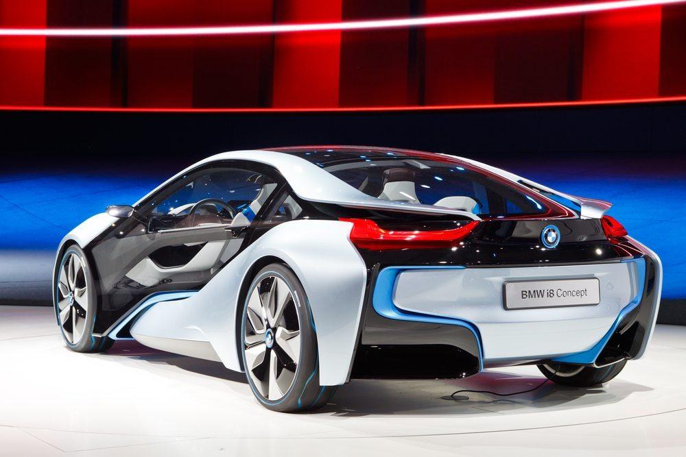 Der BMW i8 besticht durch sein perfekt abgestimmtes Fahrwerk. (Bild: Patrick Poendl / Shutterstock.com)