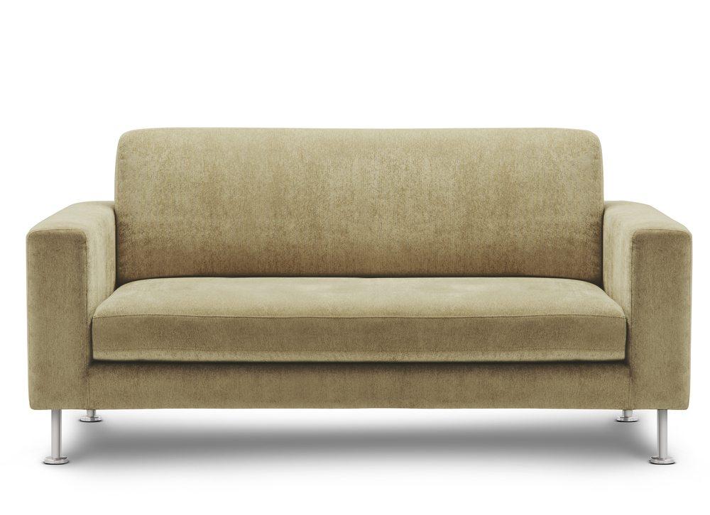 Um das Sofa als Bett zu nutzen, kann man es nach vorne ausziehen. (Bild: bluehand / Shutterstock.com)