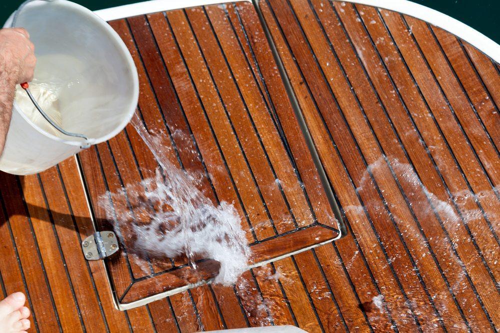Versuchen Sie, Ihr Boot möglichst nicht im Wasser zu säubern und zu pflegen. (Bild: eZeePics Studio / Shutterstock.com)