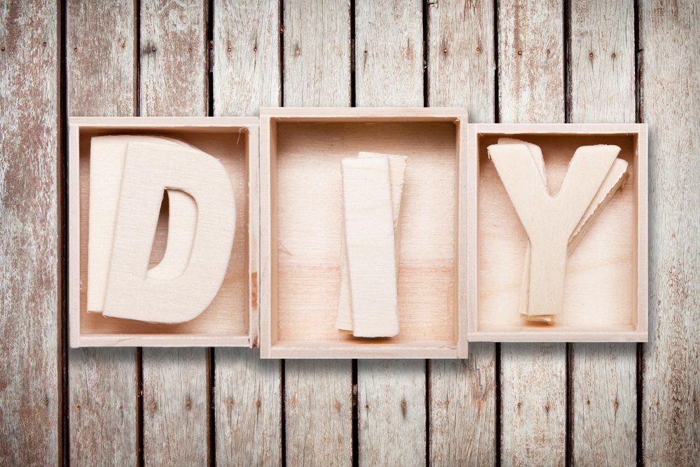 Verschwenden Sie nicht zu viel Zeit für die Reparatur kleinerer Teile, die nicht viel kosten. DIY kann auch ein bisschen besessen machen. (Bild: phloxii / Shutterstock.com)