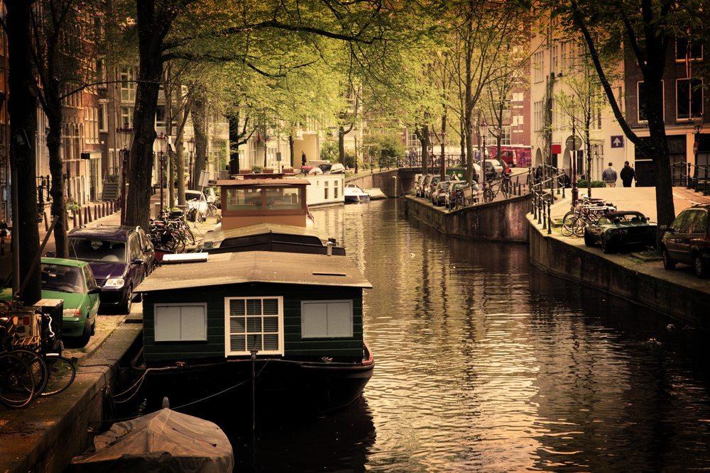Reine Holzboote, wie etwa von Hausbooten bekannt, sind in der Neuanfertigung sehr selten geworden. (Bild: PHOTOCREO Michal Bednarek / Shutterstock.com)