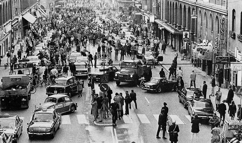 Umstellung von Links- auf Rechtsverkehr am 3. September 1967 in Schweden (Bild: Jan Collsiöö, Wikimedia)
