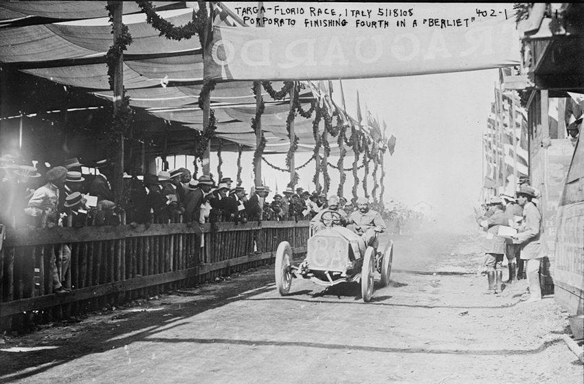 """Jean Porporato mit seinem """"Berliet"""" während der Targa Florio 1908. (Bild: Bain News Service, Wikimedia)"""