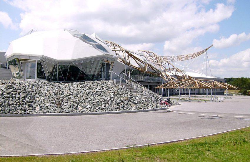 Das Wiesmann-Gebäude mit Dach in Gecko-Form (Bild: WinfriedSchneider, Wikimediaa, CC)