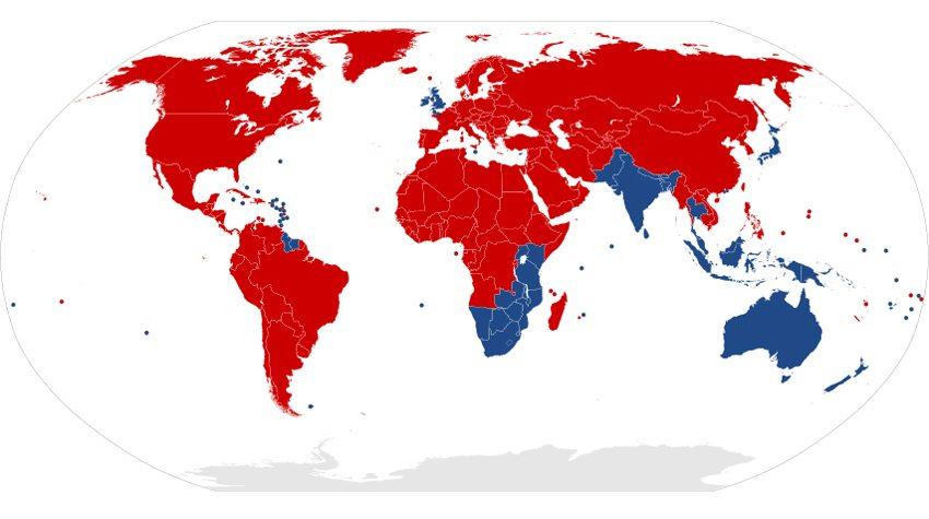 Die Karte zeigt, in welchen Ländern der Erde Rechtsverkehr (rot) und in welchen Linksverkehr (blau) besteht. (Bild: Benjamin D. Esham, Wikimedia)