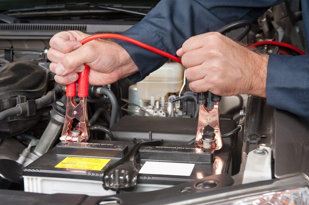 Richtiges Laden einer Autobatterie. (Bild: Joe Belanger / Shutterstock.com)