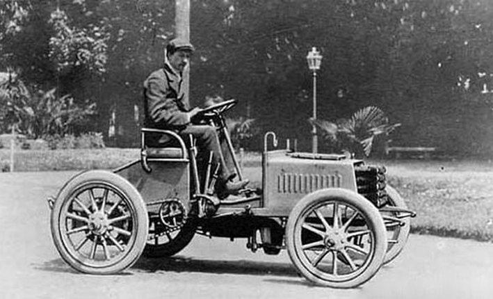 Ettore Bugatti und sein Bugatti Type 2, 1901 (Bild: Ignoto, Wikimedia, CC)