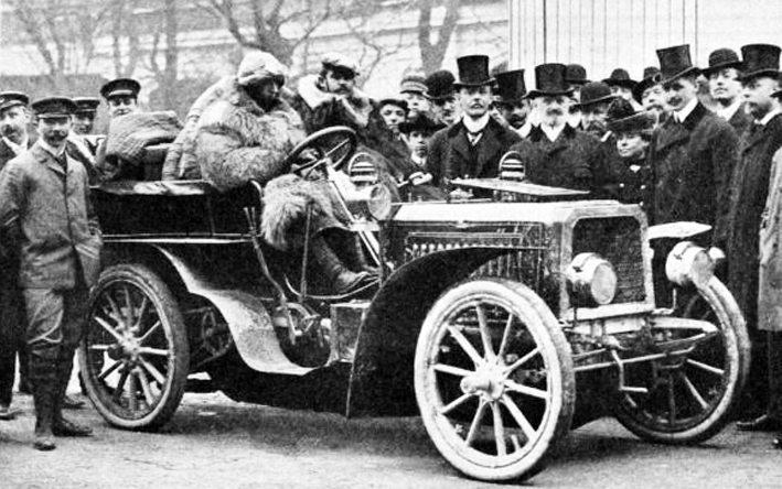 Ettore Bugatti trifft in Wien ein, III. Internationale Automobilausstellung, Wien, 1903 (Bild: J. Löwy, k.k. Hofatelier, Wikimedia)