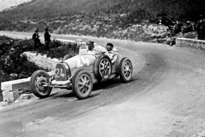 Emilio Materassi und sein Bugatti 35c während der Targa Florio 1927 (Bild: Vignaccia76, Wikimedia)