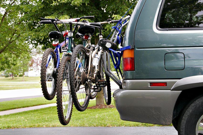 Fahrräder können auf dem Dach oder am Heck transportiert werden. (Bild: Flashon Studio / Shutterstock.com)