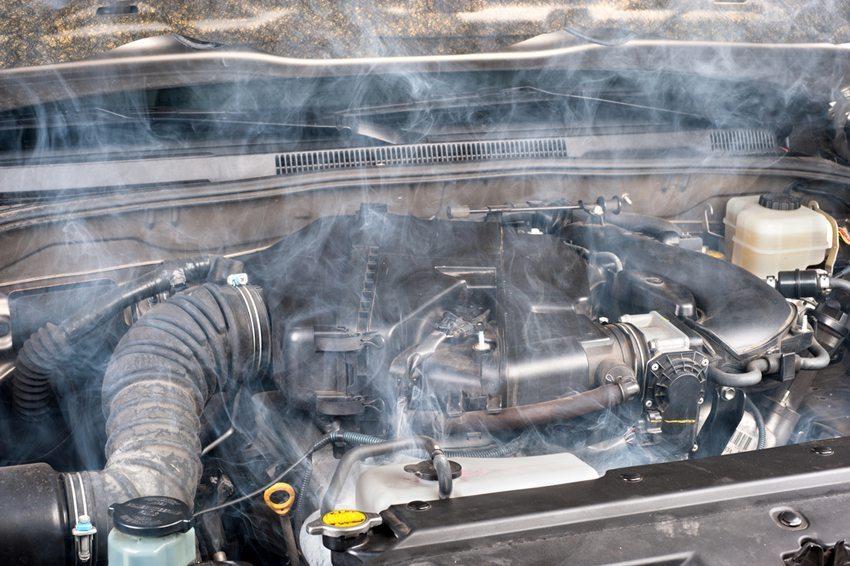 Lassen Sie den Motor bei geöffneter Motorhaube mindestens eine Viertelstunde abkühlen. (Bild: Joe Belanger / Shutterstock.com)