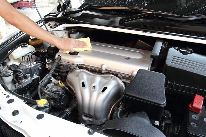 Eine behutsame Vorgehensweise bei der Motorwäsche ist geboten. (Bild: Cantonatty / Shutterstock.com)