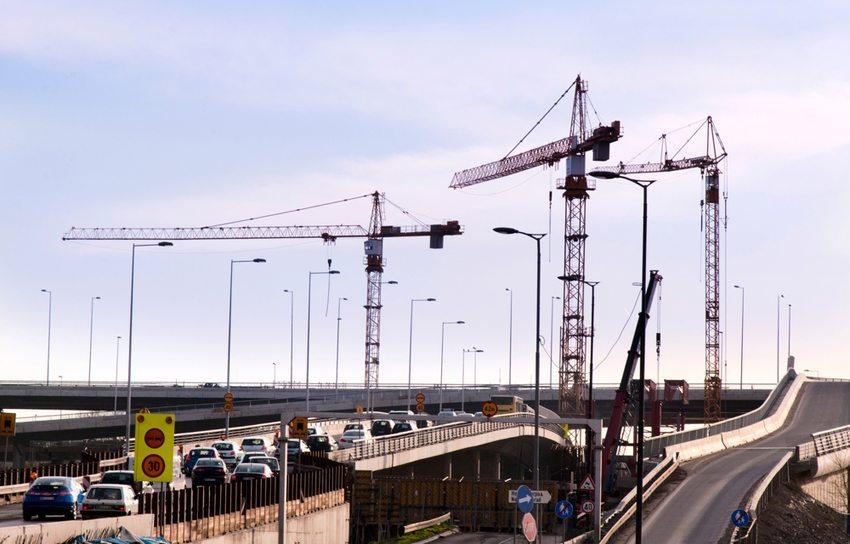 Viele moderne KFZ sind zu breit, um auf der linken Spur in einer Baustelle fahren zu können. (Bild: Bad Man Production / Shutterstock.vom)