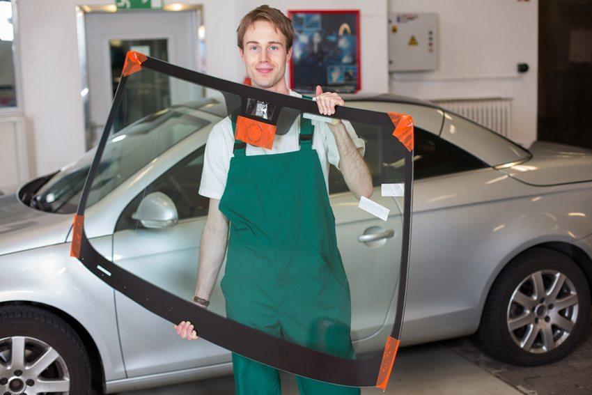 Bei grösseren Schäden kommt man um eine Neuverglasung nicht herum. (Bild: Ikonoklast Fotografie /Shutterstock.com)