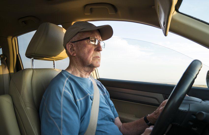 Abhängig von Alter und Zustand des Fahrers können elektronische Hilfsmittel zu einer Überforderung führen. (Bild: Robert Crum / Shutterstock.com)