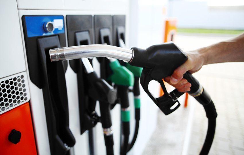 Ernshafter Fehler - der falsche Kraftstoff wird getankt (Bild: Alexandru Nika / Shutterstock.com)