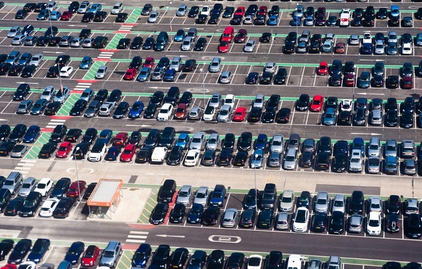 Wer in der Nähe des Airports parken will, profitiert von speziellen Urlauber-Platzplätzen. (Bild: pcruciatti / Shutterstock.com)