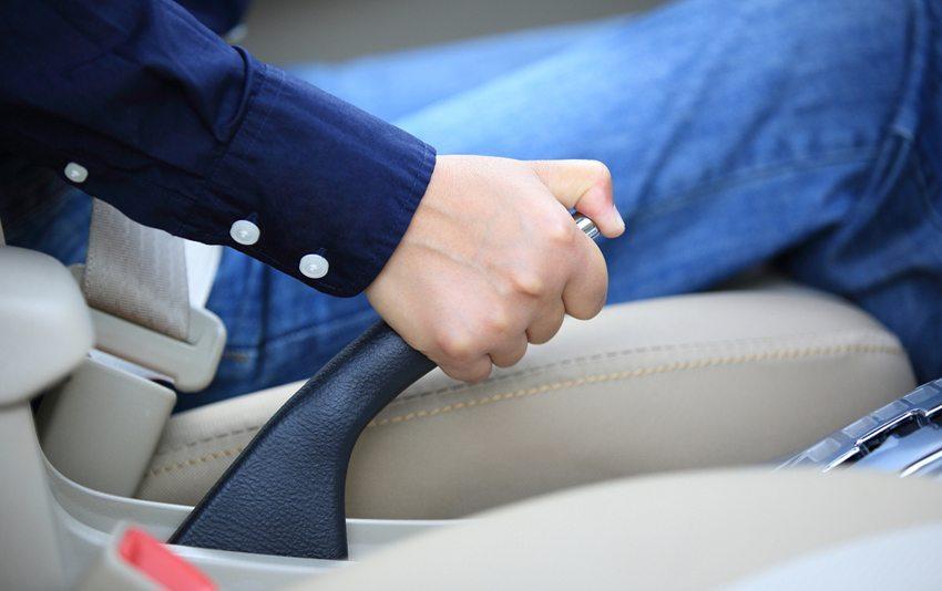 Das Fahren mit der angezogenen Handbremse verzeiht das Auto nur auf kurzer Strecke. (Bild: lzf / Shutterstock.com)