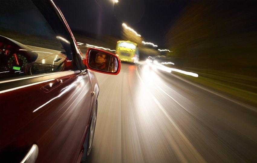 Rund ein Drittel aller Unfälle auf Schweizer Strassen ereignet sich in der Dunkelheit. (Bild: Duncan Andison / Shutterstock.com)