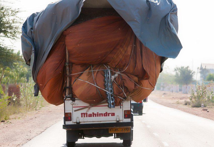 Durch Überladen besteht die Gefahr massiver Beschädigung am Fahrzeug.  (Bild: Claudine Van Massenhove / Shutterstock.com)