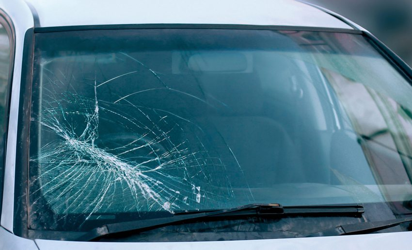 Bei Steinschlagschäden besteht die Gefahr, dass sich der Riss in der Scheibe allmählich vergrössert. (Bild: Guas / Shutterstock.com)