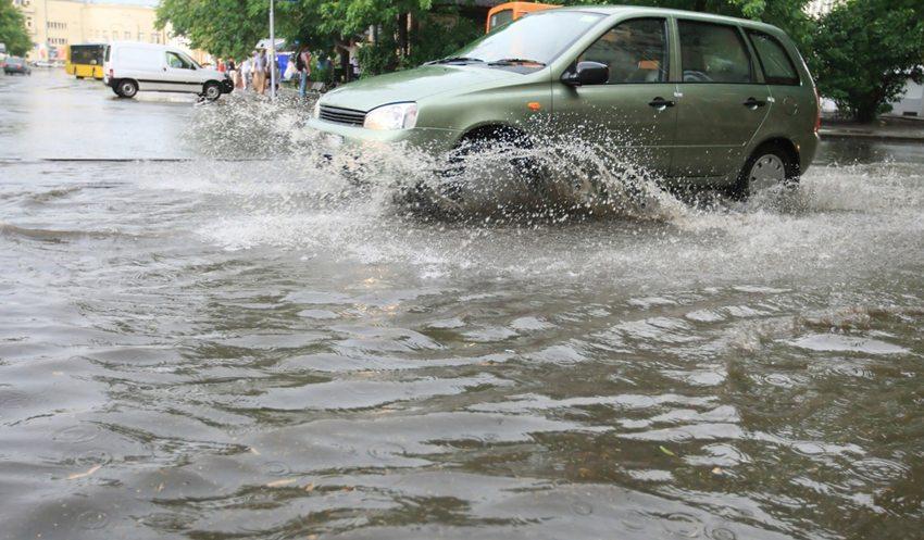 Bei Aquaplaning verliert der Lenker die Herrschaft über sein Fahrzeug. (Bild: joyfull / Shutterstock.com)