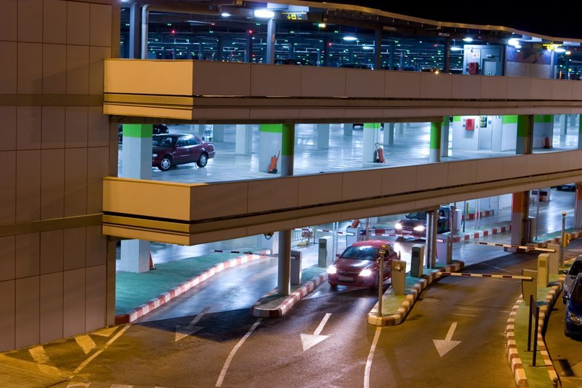 Bereits für einen kurzen Aufenthalt am Flughafen sind an jedem Airport mehrere Franken zu zahlen. (Bild: Rob Wilson / Shutterstock.com)