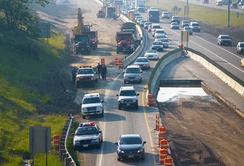 Auf Schweizer Autobahnen kommt es jährlich zu mehr als 100 Unfällen im Baustellenbereich (Bild: Kenneth Sponsler / Shutterstock.com)