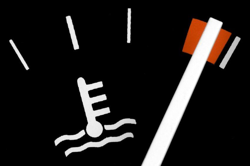 Rückt der Zeiger in den roten Bereich vor, wird der Motor nicht mehr ausreichend gekühlt. (Bild: alterfalter / Shutterstock.com)