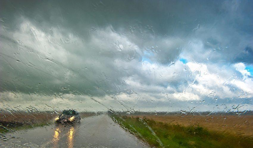 Massiver Schlagregen und Wind stellen eine grosse Gefahr dar. (Bild: Symbiot / Shutterstock.com)