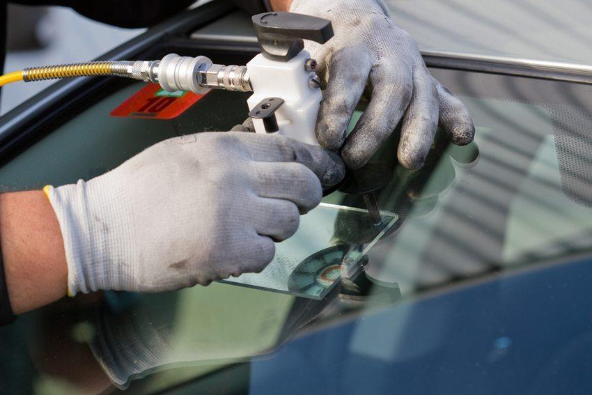 Grundsätzlich kann jede Art von Autoglas wieder instand gesetzt werden. (Bild: Martin Lehmann / Shutterstock.com)