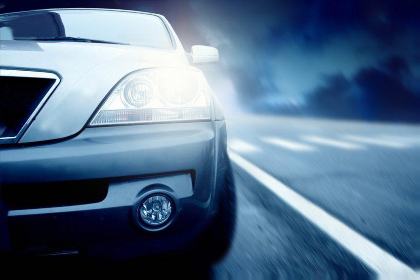 Die Beleuchtungsanlage des Fahrzeugs sollte öfters kontrolliert werden. (Bild: Ollyy / Shutterstock.com)