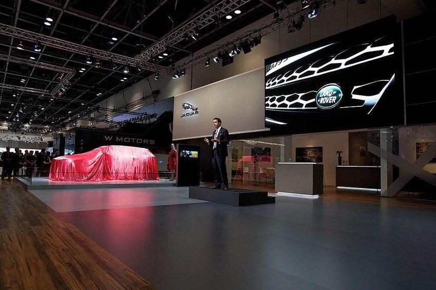 Präsentation von Jaguar C-X17 Crossover Concept auf dem Dubai International Motor Show 2013 (Bild: Jaguar MENA, Wikimedia, CC)