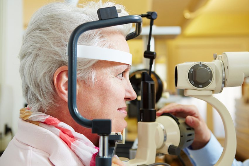 Mit zunehmendem Alter lassen Sehtüchtigkeit und Gehör nach. (Bild: Robert Kneschke / Shutterstock.com)