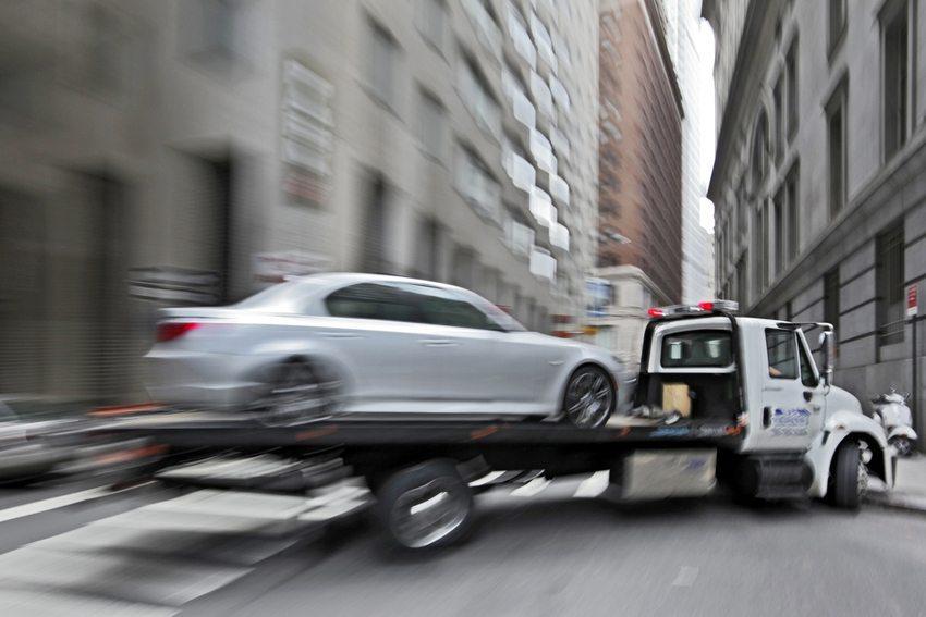 Erlaubte Selbsthilfe – Beauftragen eines Abschleppdienstes (Bild: blurAZ / Shutterstock.com)