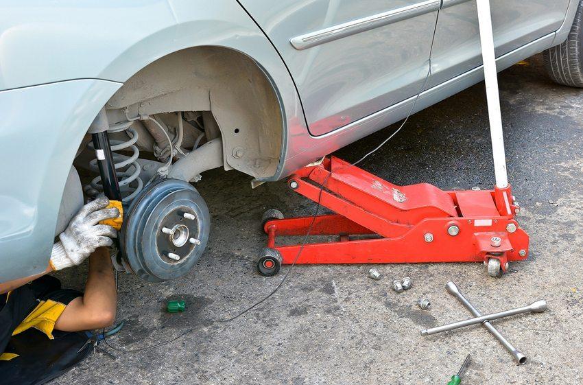Wenn die Stossdämpfer defekt sind, ist eine Überprüfung des Fahrzeugs in einer Werkstatt dringend anzuraten. (Bild: totojang1977 / Shutterstock.com )