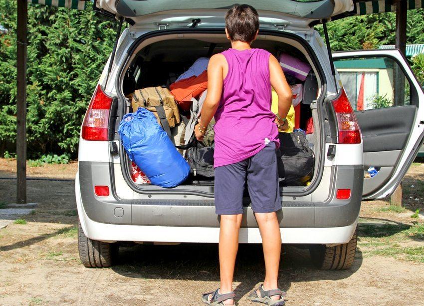 Oftmals wird das Gepäck ohne klaren Plan einfach im Kofferraum oder auf der Rückbank untergebracht. (Bild: FedeCandoniPhoto / Shutterstock.com)