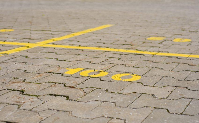Wer Auto fährt, kennt die Problematik rund um die Parkplatzsuche. (Bild: Mike S / Shutterstock.com)