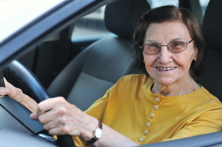 In der Schweiz wird die Fahrtauglichkeit der Älteren regelmässig überprüft. (Bild: Martin Novak / Shutterstock.com)