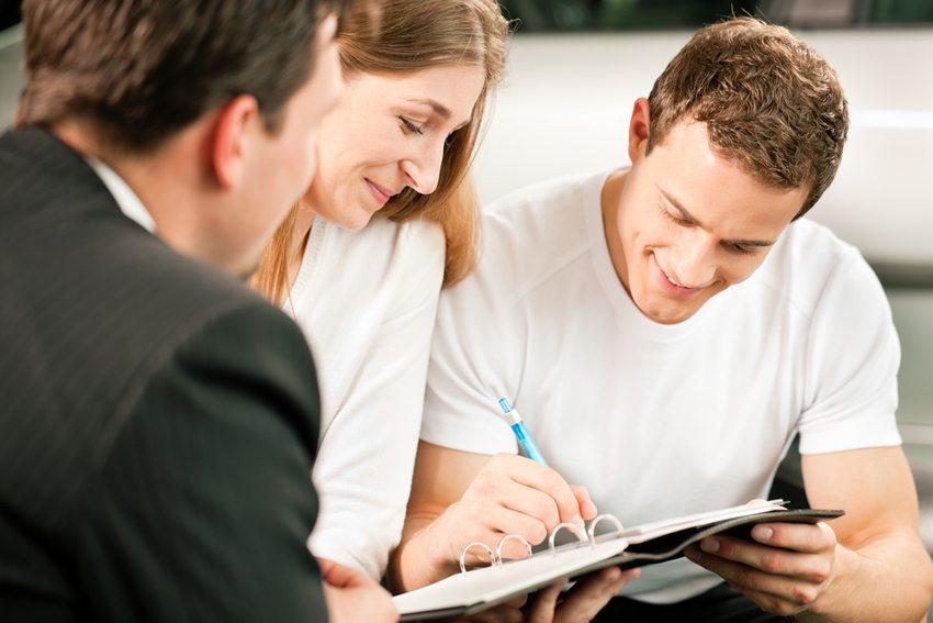 Die Finanzierung des Autokaufs soll an die eigenen Möglichkeiten angepasst werden. (Bild: Kzenon / Shutterstock.com)