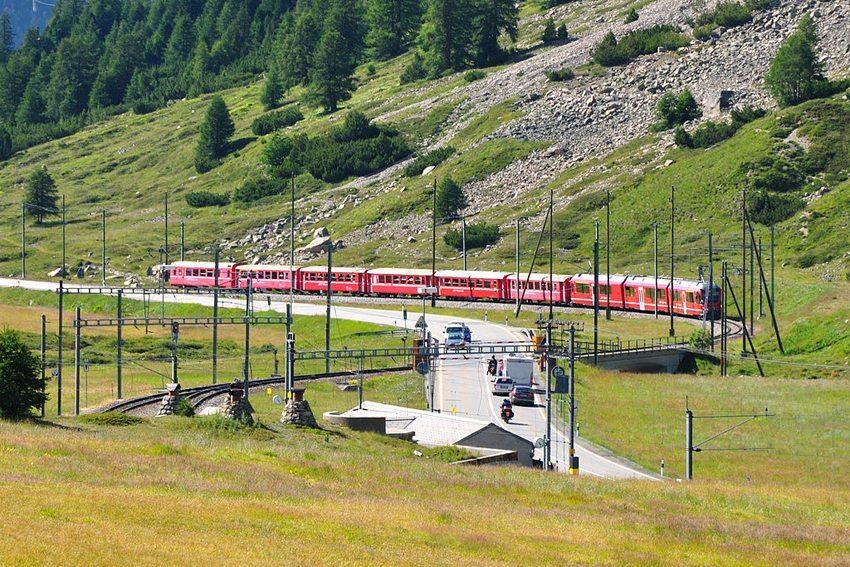 Kreuzungsstelle Bernina Suot, Schweiz (Bild: Hansueli Krapf, Wikimedia, CC)
