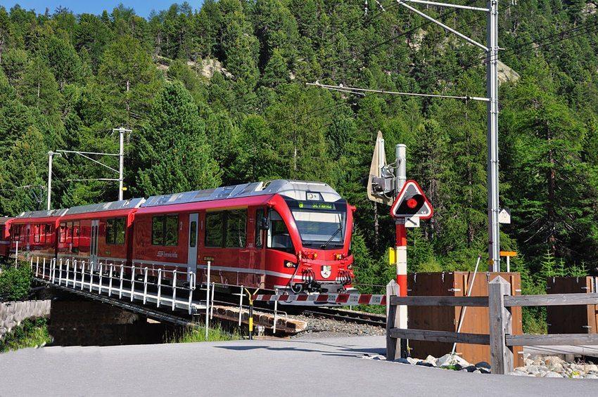 Bahnübergang mit Halbschranken in Morteratsch, Schweiz (Bild: Hansueli Krapf, WIkimedia, CC)