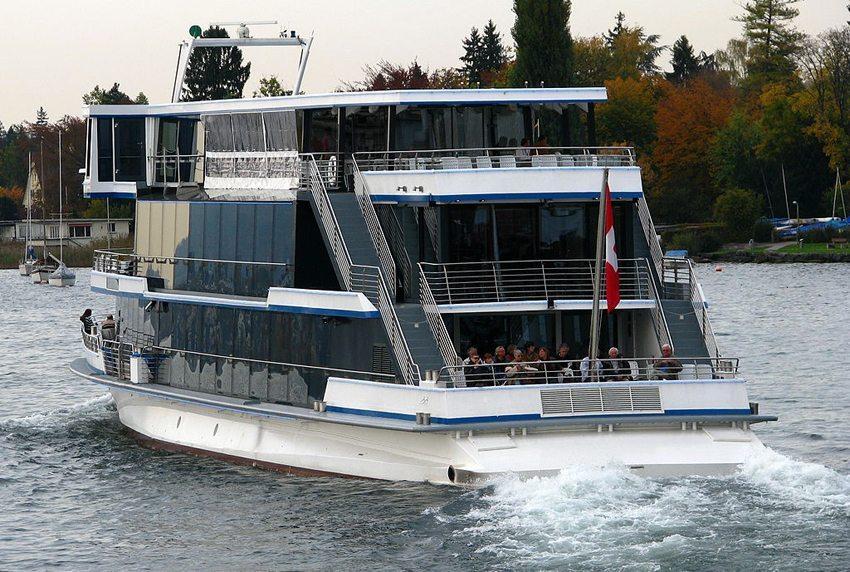 """Motorschiff """"Panta Rhei"""" auf dem Zürichsee in der Nähe von Küsnacht. (Bild:  Roland zh, Wikimedia, CC)"""