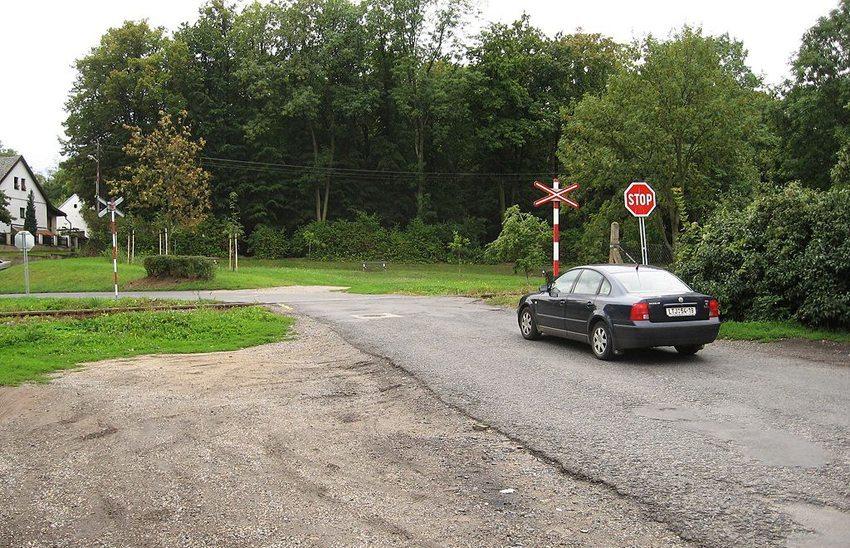 Nicht technisch gesicherter Bahnübergang mit Stoppschild (Bild: Ludek, Wikimedia, GNU)