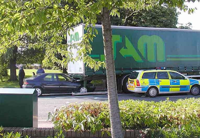Auffahrunfall in Yate, Bristol, England – der LKW bleibt vor dem Kreisverkehr stehen, PKW-Fahrer bremst zu spät, woraufhin der Auffahrunfall passiert. (Bild: Arpingstone, Wikimedia)