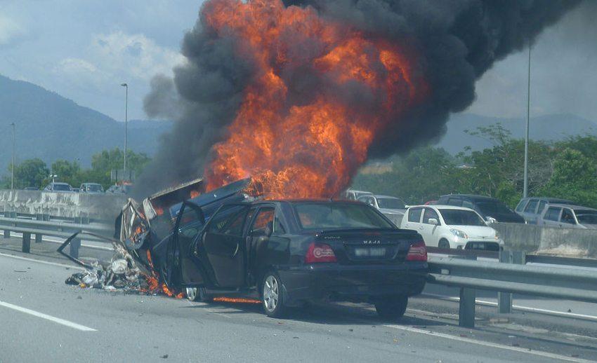 Schwerer Auffahrunfall auf der Autobahn (Bild: Azreey, Wikimedia, CC)