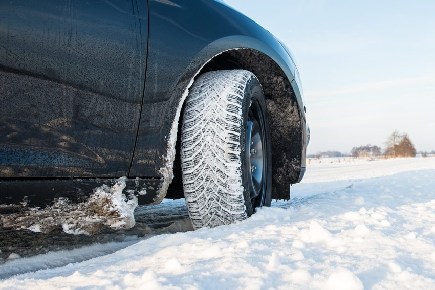 Es ist sinnvoll, den Unterboden des Autos nach dem Winter von Streusalz und kleinen Steinchen zu reinigen. (Bild: benjaminnolte / Fotolia.com)