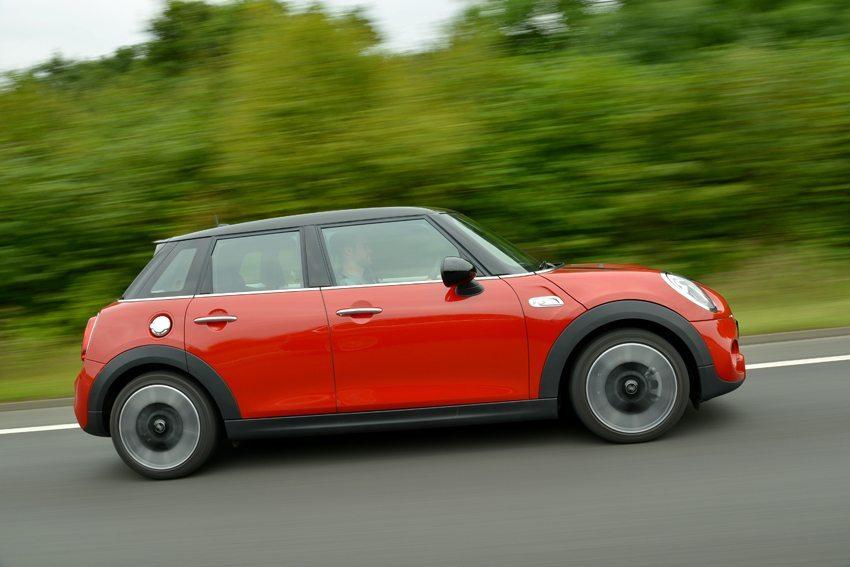 Mini Cooper 5 doors 2014 – der Fünftürer soll jetzt für noch mehr Zuwachs der Marke sorgen. (Bild: BMW AG, München, Deutschland)